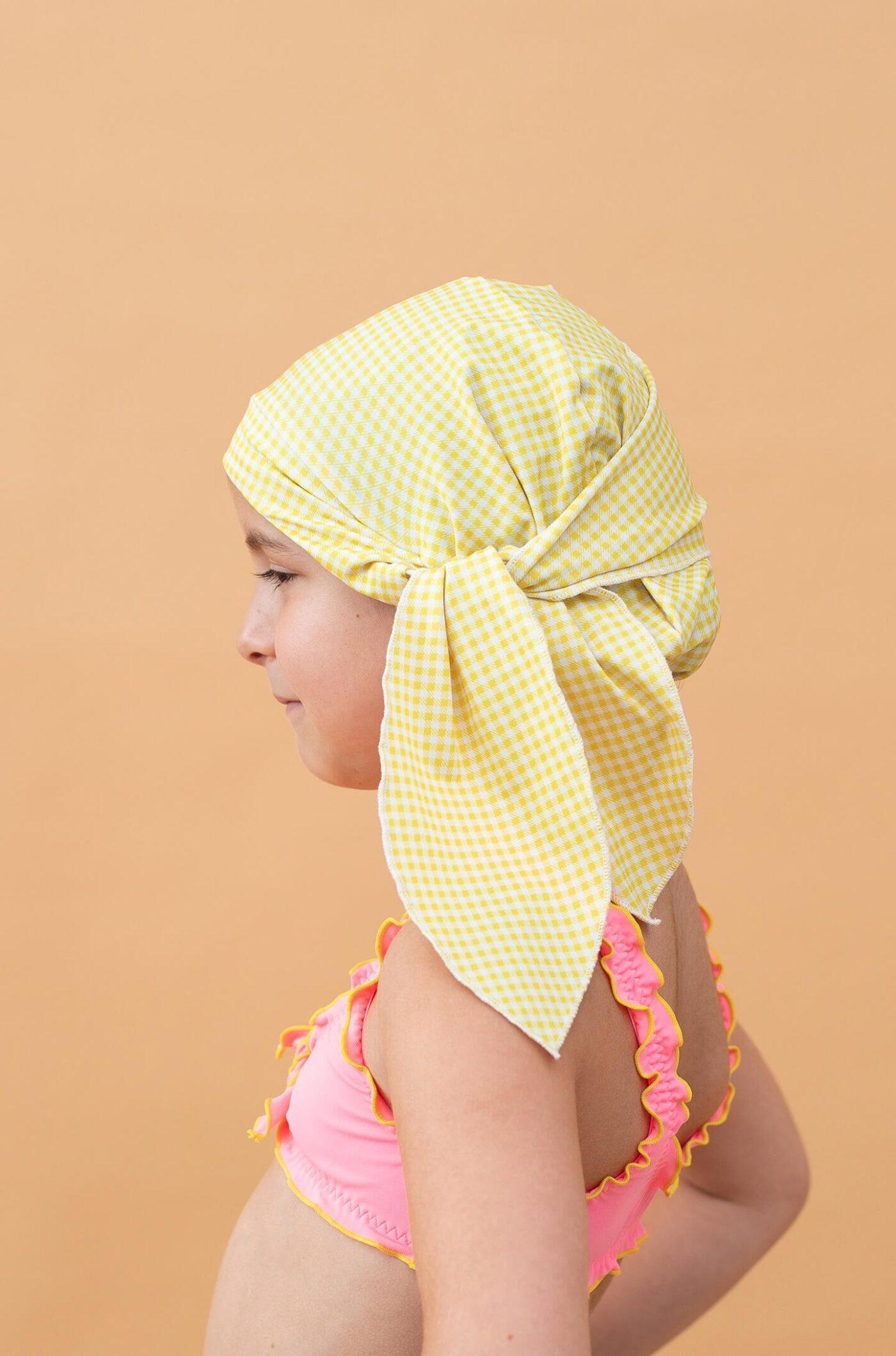 Niña con gorro de ducha color amarillo