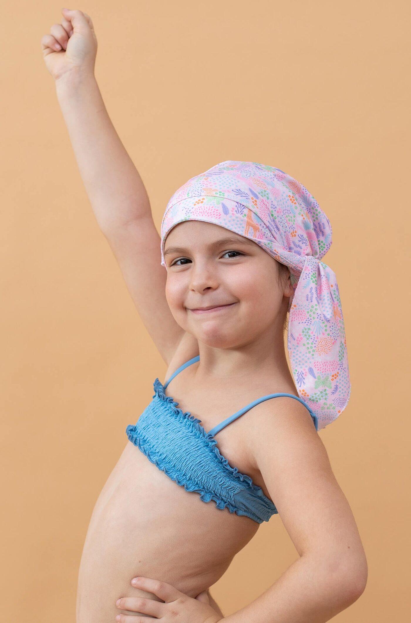 Niña con gorro de ducha rosa