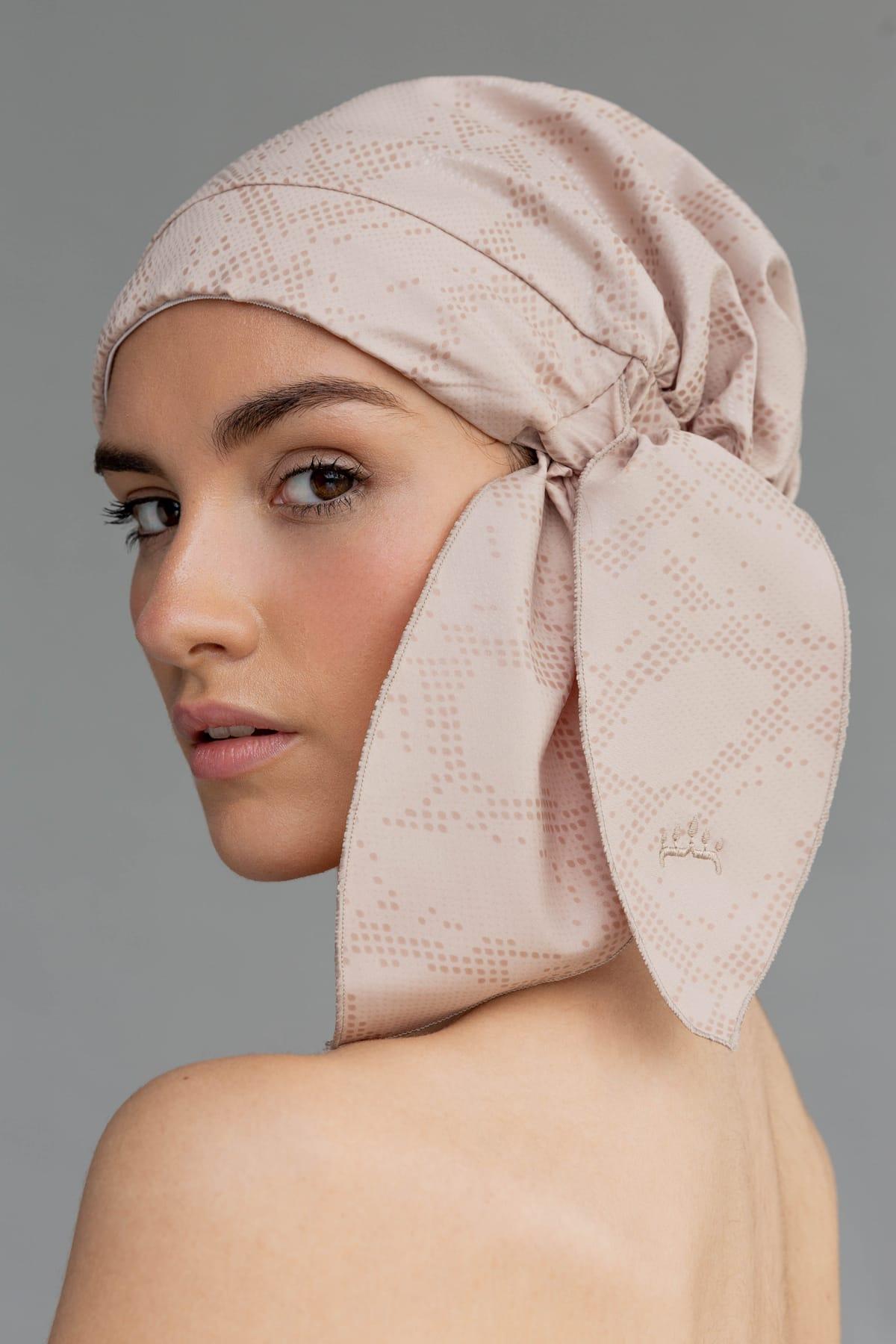 Shower cap elegante y sostenible en color beige. Complemento de moda