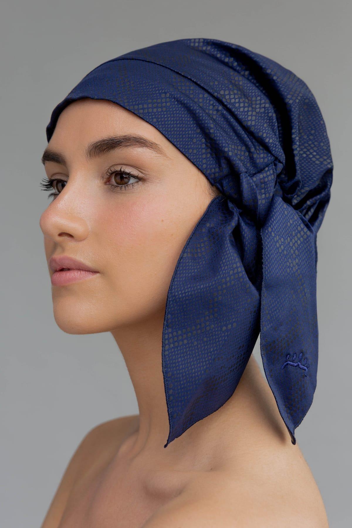 Shower cap elegante y sostenible en color azul marino. Complemento de moda