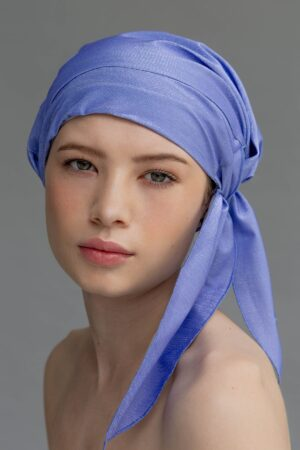 Modelo con shower cap color lavanda