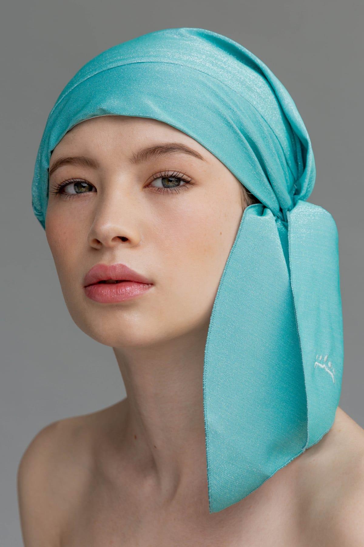 Primer plano modelo con gorro de ducha elegante color turquesa